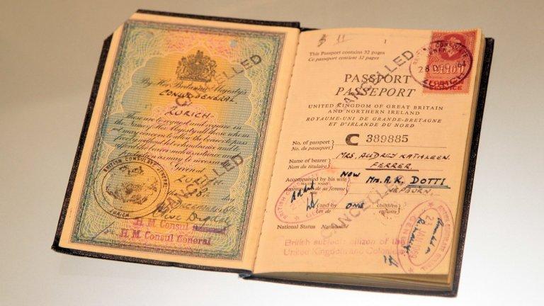 """За любимия град...""""Париж? Париж винаги е добра идея!"""" (на снимката е паспортът на Хепбърн, изложен в музея Ara Pacis в Рим)"""