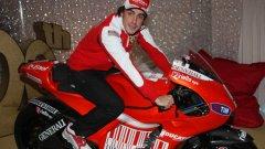 Фернандо Алонсо често позира с подобни лъскави играчки като пилот на Ферари