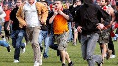 В Мездра стотици футболни хулигани се възползваха от липсата на полиция и нахлуха на терена