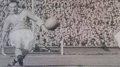 Отборът на великия сър Стенли Матюс Блекпул е на път да се завърне в елитната група на Англия след 39-годишно отсъствие. На снимката Матюс центрира за един от головете на Мортенсен на знаменития финал за Купата на ФА през 1953 г.