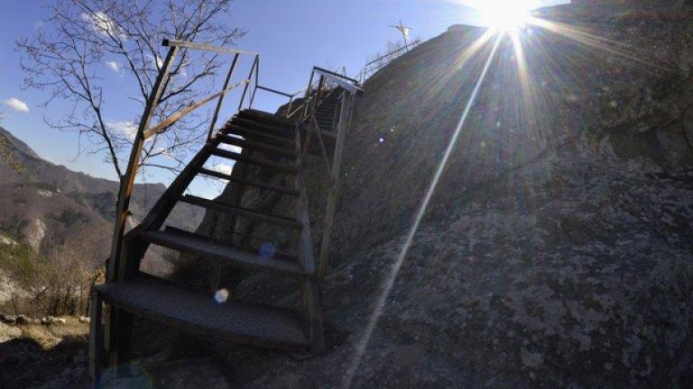 Тази стълба е едно от малкото съвременни съоръжения тук и помага за лесния достъп до същинската част на светилището.