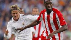 Туре вече игра в Олимпиакос. На снимката е с Дейвид Бекъм в мач срещу Реал Мадрид от Шампионската лига.