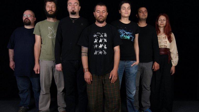 Kayno Yesno Slonce Създадена още през 2000 г. групата свири и до днес. Стилът е нещо като етно-ембиънт и първоначално е авторски проект на музикантите на Исихия Петър Делчев и Веселин Митев. Впоследствие става нещо доста по-голямо.  Бандата експериментира със смесването на български фолклор и атмосферична музика, като набляга на по-дългите композиции.