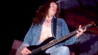 В тази галерия сме събрали 10 велики басисти в сферата на рока и метъла, които да ви убедят, че свирещите на този инструмент могат да са не само обект на шеги и закачки, но също така невероятни музиканти и творчески машини.  Клиф Бъртън (Metallica) Първият официален басист на Metallica е човек, който е надарен с невероятен усет за музиката и ритъма, а фактът, че избира бас китарата, не го ограничава въобще. Достатъчно е човек да чуе само Anesthesia (Pulling Teeth) или дори началото на For Whom The Bell Tolls, за да разбере, че музиката е нещо, което действително лесно идва отръки на Бъртън. Той успява да извади бас линията от обичайната ѝ семпла и подчинена роля и да я превърне в доминиращ на моменти мотив. За жалост Бъртън умира трагично през 1986 г. по време на турне на групата в Европа.