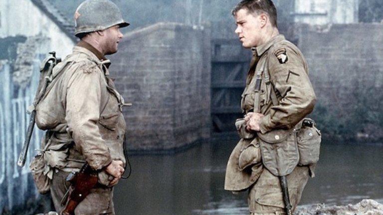 """""""Спасяването на редник Райън""""   Стивън Спилбърг отваря """"Спасяването на редник Райън"""" с десанта в Нормандия – една от най-важните мисии на Западния фронт по време на Втората световна война. Сцената е шедьовър на баталния реализъм – шокът от взривовете, хаосът на битката, всеобщата дезориентация, разпилените вътрешности, крясъците на умиращи бойни другари. Спилбърг и операторът Януш Камински ни пращат директно срещу цевта на врага."""