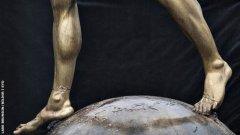 По-малко от денонощие, след като стана ясно, че Ибра става акционер в Хамарби, фенове на Малмьо поругаха статуята му, която бе издигната пред стадиона на клуба преди месец. И продължават да го правят.