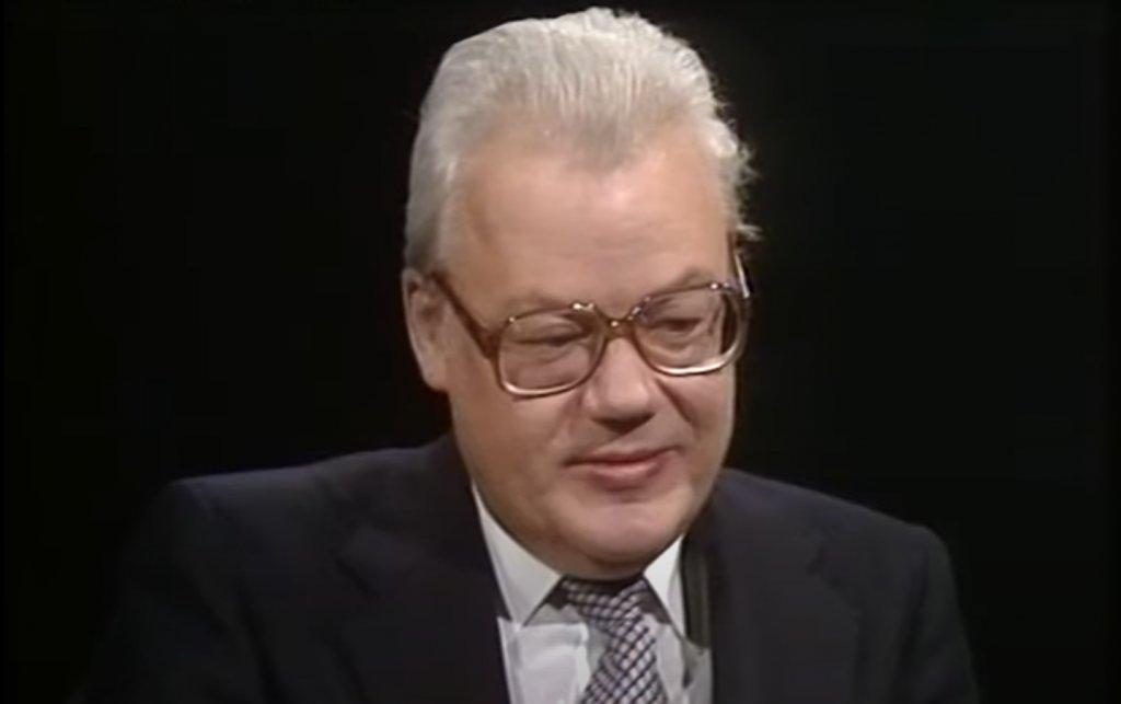 """Аркадий Шевченко Шевченко е най-високопоставеният шпионин, за когото се знае, че е работил в полза на ЦРУ. Достига до позицията на близък съветник на външния министър Андрей Громико и висши постове в рамките на ООН. Работата му като дипломат го убеждава, че СССР върви по """"грешен политически и икономически път"""" и така той решава да започне да издава тайни на ЦРУ. През 1978 г. отказва да се прибере в Москва за """"спешни консултации"""" и подозирайки, че е разкрит, търси убежище в САЩ."""
