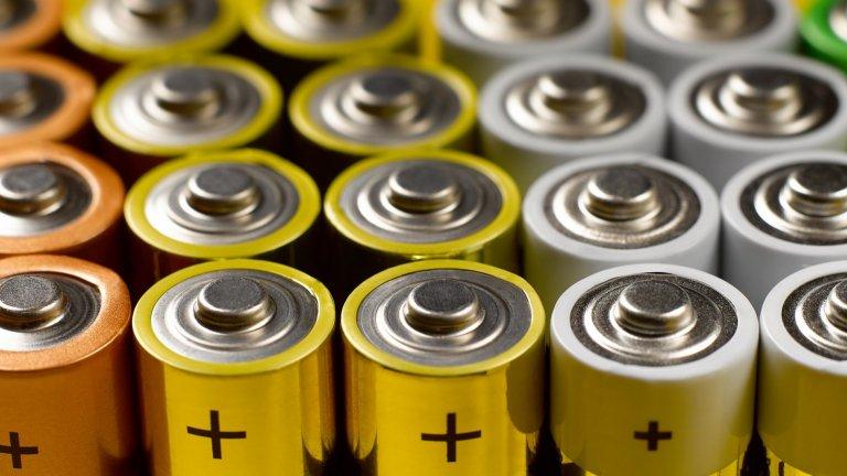 Съхранение на батерии в хладилникДа запазите живота на батериите като ги държите в хладилник звучи на пръв поглед логично, защото мястото е хладно и тъмно. Всъщност хладилникът може да скъси работата на батериите и да ги изтощи преждевременно, както и да наруши целостта им.