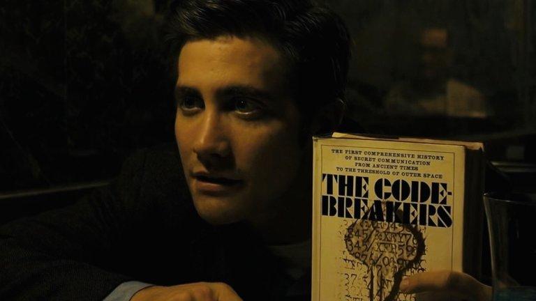 """""""Зодиак"""" (Zodiac)Година:2007Стъпил върху истинската история на прословут сериен убиец и манипулатор от Сан Франциско, психологическият трилър на Финчър събира ансамбъл, ръководен от Джейк Джиленхол, Робърт Дауни-Джуниър и Марк Ръфало, който овладява съвършено общия тон на сюжета.  Идеята зад него? Да покаже две проявления на обсесията: едната е желанието да убиваш, а другата – да научиш истината на всяка цена."""