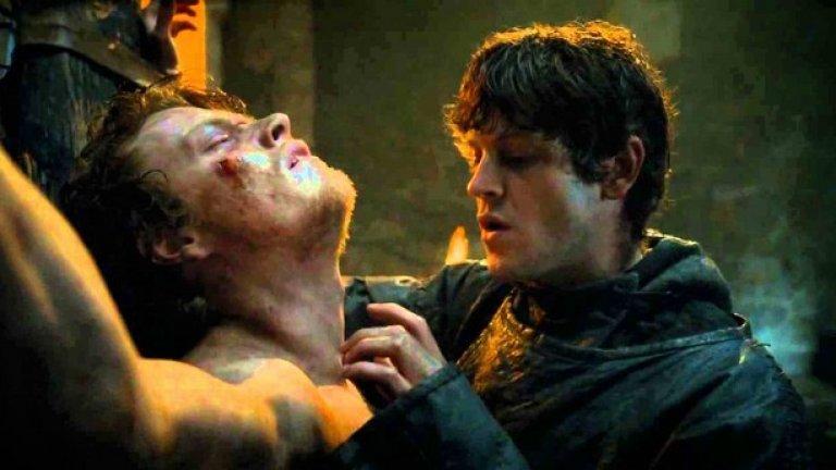"""3. Изтезанията на Теон от Рамзи: сезон 3, епизод 7 Изтезанията на Теон от Рамзи са вероятно най-непоносимия подсюжет на сериала, серия от ужаси, кулминиращи с кастрацията от Рамзи на бившия принц на Железните острови и превръщането му в хленчеща сянка на предишното му аз. Въпреки че надали особено сме харесвали Теон до този момент, безмилостността на съдбата му - и безкрайното еднообразие на сюжетната му линия - подложиха на изпитание търпението на зрителите вероятно повече от всички други. Както Кристофър Ор пише в Atlantic, """"Изглежда, че Бениоф и Уайс са се посветили на проточването на тази конкретна сюжетна линия - която се случва невидимо в романа на Мартин и е спомената само в няколко изречения - колкото може по-дълго, вероятно като показват премахването на нов орган във всеки епизод. (Тази седмица, дами и господа: панкреасът!) Което е безсмислено и напразно. Тази сцена най-после си спечели трудно заслужената титла на най-лоша сцена в сериала"""""""
