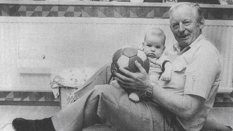 Умира през 1997 г., на 81, а на погребението му в Карлсруе отива голяма делегация от Германския футболен съюз, но няма нито един от полска страна. Предател или не, Ези оставя зад себе си забележителна футболна биография с 1175 гола в 554 мача.
