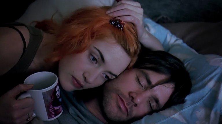 """Eternal Sunshine of the Spotless Mind / """"Блясъкът на чистия ум""""  Понякога имаме нужда и от такива филми - с романтика, но не точно романтични, поне не и в онзи типичен смисъл на думата. """"Блясъкът на чистия ум"""" е от онези истории, които те карат да мислиш след това, да си задаваш въпроси и да възприемаш света с всичките си сетива. Какво бихте направили, ако пред себе си имахте възможността бързо и безболезнено да изтриете неприятните спомени - само с една малка, медицинска процедура. Да се отървете от болезнена любов. Когато героят на Джим Кери разбира, че бившата му приятелка точно по този начин го е изтрила от ума си, той решава да направи същото. Но когато спомените за бившата му половинка Клемънтайн започват да избледняват, героят внезапно осъзнава колко много я обича."""