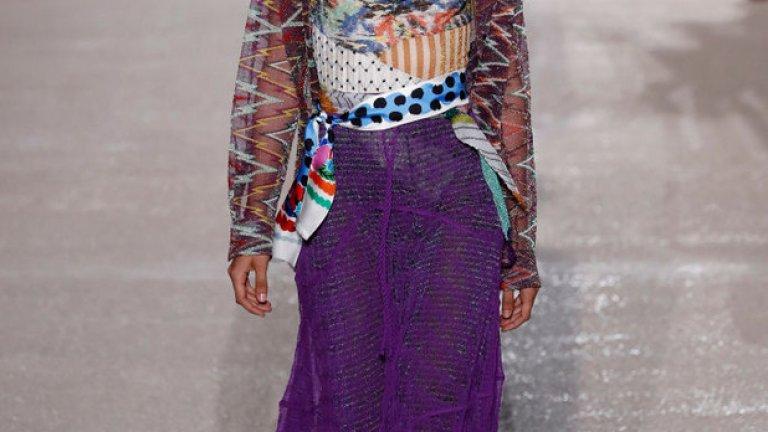 Според института Pantone той е умиротворяващ, в него липсва острота или напрежение. Определян е и като цвят, който да носите, когато искате да сте неутрални. И също дава възможност за смели комбинации.     Модел на Missoni от Модната седмица в Милано.