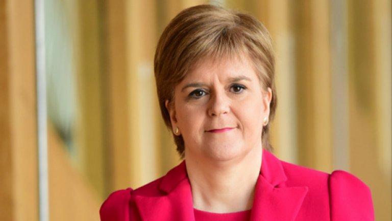 16. Никола Стърджън Докато останалата част от Великобритания се занимава с Брекзит, шотландците се питат дали да не излязат от един друг съюз. Никола Стърджън, ръководителят на Шотландската национална партия и премиер-министър на територията, обеща да поиска втори референдум за независимост от Великобритания преди края на следващата година.  Като първи министър на Шотландия, Стърджън се изявява като виден противник на излизането от Европейския съюз. Според нея Брекзит и излизането от ЕС напълно оправдава връщането на масата на идеята за референдум, едва шест години, след като шотландците все пак решиха да не се разделят с Обединеното кралство. За целта Сърджън трябва да получи разрешение от британското правителство за провеждането на подобен референдум (невъзможна задача поне към момента). Дори и да успее обаче близостта в мненията за независимост и за оставане в рамките на Великобритания е толкова голяма, че малка група все още колебаещи се гласоподаватели ще реши нещата в последния момент. Но все пак първият министър на Шотландия е готова за този риск.