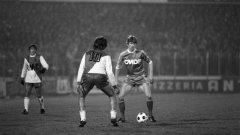 Декември 1978 г. Арсен Венгер дриблира към вратата на Монако с екипа на Страсбург. Физиката му почти не се е променила - изключително слаб и сух, висок. Тогава бе полузащитник...