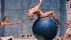"""В клипа вокалистите на """"Дубиоза Колектив"""" сеят хаос из интернет пространството и дори нахлуват при Майли Сайръс по време на нейното откровение в Wrecking Ball"""