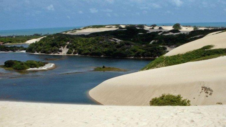 Докато стоите сред гигантските пясъчни дюни на плажа Генипабу в Бразилия, ще си помислите, че сте в пустинята. Сред атракциите тук е возене на камила и каране на сендборд – пясъчен сноуборд