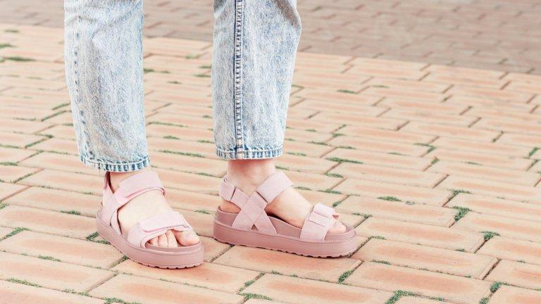 Сандали с дебели подметкиМнозина настръхват при вида им, но няма какво да си кривим душата - сандалите с тежки, дебели подметки в момента са супер хит. Като цветове най-модерни са розовото и лилавото, а колкото по-масивни изглеждат сандалите, толкова по-добре.