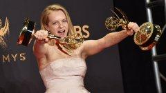 """Елизабет Мос е един от големите победители на тазгодишните награди """"Еми"""". Нейната роля в """"The Handmaid's Tale"""" по романа на Маргарет Атууд, преведен на български като """"Историята на прислужницата"""", привлече много повече внимание, отколкото предишните й шест номинации за приза за сериала """"Mad Men"""".   """"The Handmaid's Tale"""" разказва за дистопично бъдеще, в което ролите на жената са само две – като съпруга или като прислужница, чиято задача е да роди наследник. Елизабет Мос приема името Офред, но под червената мантия и бялото боне с козирка тя не спира да търси изход от положението, в което свръхрелигиозното я поставя. Надяваме се, че във втория сезон на поредицата ще видим развръзката на съдбата на Офред."""