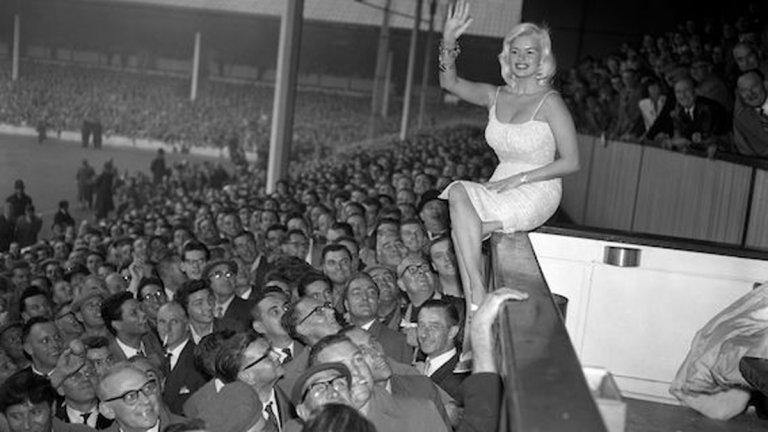 Най-умната тъпа блондинка на Холивуд с пищния бюст се съблече на мач на Тотнъм, пропусна да стане Новата Мерилин и почина на 34