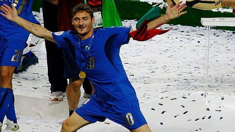 """Голямата въпросителна в Италия е за Франческо Тоти и дали да бъде викан, ако дотогава е спрял с футбола. Защото преди години сам се отказа от националния... Но феновете масово искат отново да го видят в небесносиньото на """"скуадрата""""."""