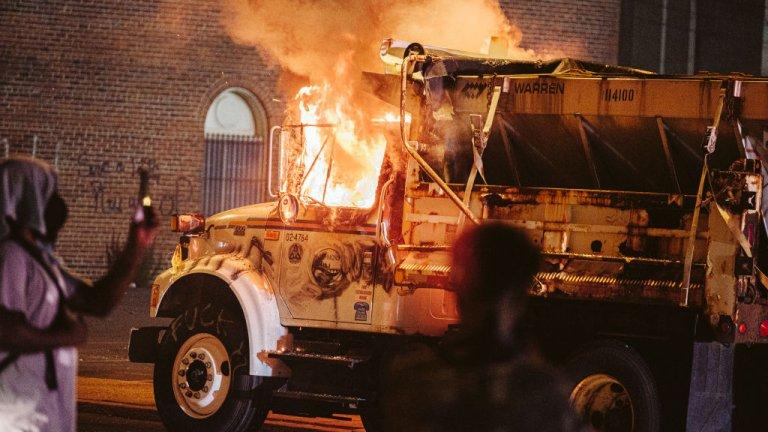 След 58 дни на недоволство срещу разсизма и полицейското насилие тази неделя ескалираи напрежението в Портланд. Това става на фона на общия гняв срещу изпращането на федерални патрули в града - решение на Тръмп, което предизвика много критики.