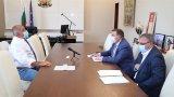 Няма да бъдат налагани сериозни ограничения в сегашната ситуация, категоричен е премиерът, който се срещна със здравния министър проф. Костадин Ангелов и доц. Ангел Кунчев.
