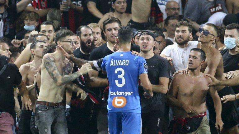 Ужасът в Лига 1: Масов бой между играчи и фенове, трима ранени футболисти и прекратен мач (видео)
