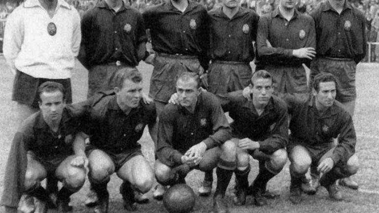 """Испания, Мондиал 1958 Въпросният турнир е единственият, за който Италия не успява да се класира, но 50-те години ще останат в историята като тъмните времена на италианския футбол. Големият отсъстващ на Мондиал 1958 обаче бе тимът на Испания, чието ядро бе от звездите на европейския хегемон Реал Мадрид – Алфредо Ди Стефано, Франсиско Хенто, Хосе Мария Сарага и Енрике Матеос. На всичкото отгоре в състава са из легендите на Барселона Луис Суарес и Ласло Кубала. Това вероятно е една от най-силните в офазивен план селекции в историята на футбола. Форматът на квалификациите тогава обаче е по-различен – групите са само по три отбора и при общо четири мача няма място за никакви грешки. А Испания записва изключително слаб старт – 2:2 срещу Швейцария и загуба с 2:4 от Шотландия. Така дори победите с по 4:1 във вторите мачове не могат да спасят звездната селекция на """"Ла Фурия Роха"""". Разочарованието става пълно на следващия голям форум, когато Испания стига четвъртфиналите на първото Европейско, но Франко не пуска отбора да пътува към СССР за мач с руснаците."""