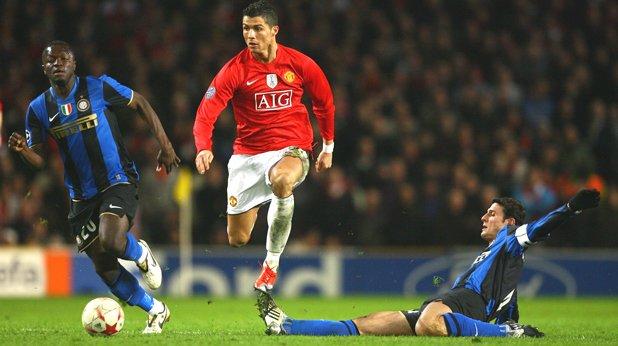 Кристиано Роналдо Португалската машина за голове се представяше отлично в Манчестър Юнайтед, но артистичните му падания за дузпа направо побъркваха запалянковците. А постоянните му разправии със съдиите и опитите да се прави на лошо момче, също не помагаха особено.