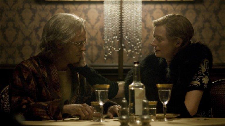 """""""Странният случай с Бенджамин Бътън"""" (The Curious Case of Benjamin Button)Година:2008Определено по-сантиментален от останалите му филми, седмият опит на Финчър стреля по-скоро към фантастиката и философията, отколкото към по-обичайните за него клинични дълбочини. Вероятно знаете - Бенджамин Бътън (Брад Пит) е роден възрастен и времето за него върви наобратно, а когато среща любовта на живота си (Кейт Бланшет), младостта се оказва все по-голям враг за любовта им. Истинско визуално угощение,(включително и заради опита в CGI технологиите), добра игра и история, която има потенциал дълго да остане в паметта - този филм е достатъчно масов, за да се хареса на всички, но и достатъчно умен, за да не е това неговият порок."""