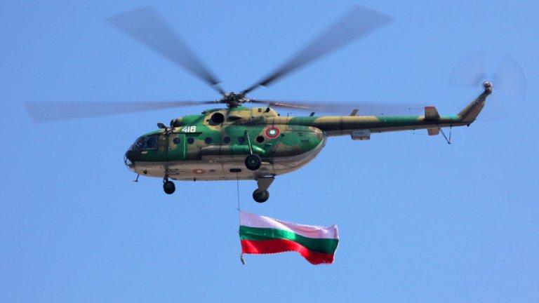 Ми-17 Транспортният вертолет Ми-17 е на въоръжение в България от 1985 г. Доставени са общо 25 машини от този тип, но днес на въоръжение остават шест. Винтокрилата машина си завоюва името на непретенциозен работен кон използван от десетки армии по света, включително и от ЦРУ за специални операции. Вертолетът може да превозва 24 напълно екипирани бойци, задвижва се от два турбовални двигателя и може да използва широк спектър от неуправляемо въоръжение. Българските ВВС го използват и за пожарогасене.