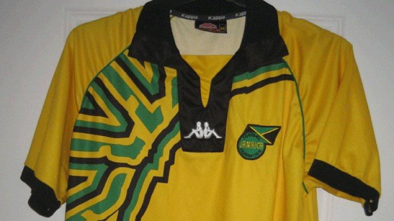 9. Ямайка (1998)  При единственото си участие на Световно първенство Ямайка предложи запомнящ се екип, дал път на асиметричните щампи на футболните фланелки. Разтеклият се зелен акцент в едната част изглежда доста странно, но поне не е болка за очите, каквато са някои от следващите цветови съчетания в класацията.