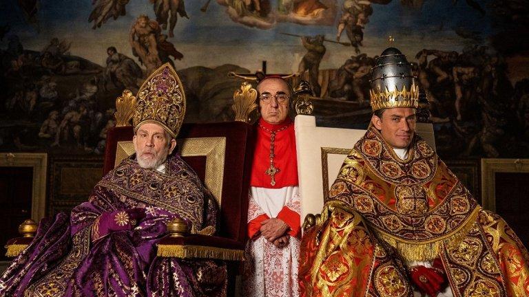 Сериалът противопоставя образите на новия папа на младия папа, Йоан Павел III на Пий XIII, един човек, който трябва да съхрани вярата на цяла религиозна общност, и един героизиран образ, който въплъщава тази вяра.