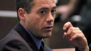 """Актьорът, който можете да видите на плакатите на всеки филм за """"Отмъстителите"""", е посягал неведнъж към наркотиците в своята младост. На снимката той е в съда по обвинение в притежание на дрога през 2001-а."""
