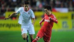 Младият Хосе Кайехон (с червения екип) вкара едно от шестте попадения във вратата на Севиля