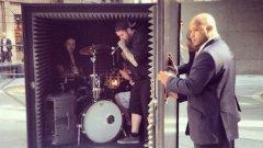 Дет метъл бандата Unfathomable Ruination трябваше да свири в звукоизолиран куб за целите на странна арт инсталация