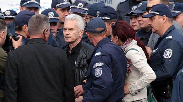 В.С. ходи на работа с полицейски кордон