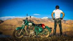 Алекс Чакон е фотограф, публична личност, суперпопулярен влогър и като цяло - лошо момче. На снимката е в Индия