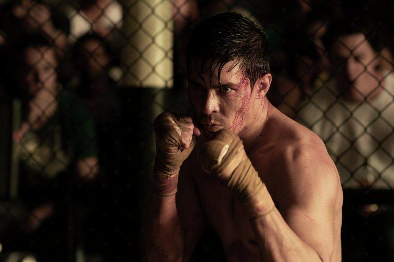 Некадърен актьор в ролята на некадърен ММА боец. И той е новият, оригинален герой на филм с десетки персонажи, много от които по-подходящи за целта.