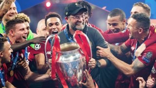"""През 2019 година Юрген Клоп изведе Ливърпул до трофея в Шампионската лига. Последваха победи за Суперкупата на Европа и на Световното клубно първенство. В края на сезон 2019/20 пък """"червените"""" триумфираха и във Висшата лига. Големият въпрос пред Клоп сега е дали ще успее да защити титлата?"""