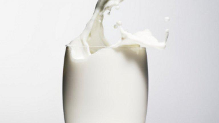 Прясно млякоКогато сме жадни, се изкушаваме, особено след физическо натоварване, да пийнем нещо сладко, но в тези случаи чаша мляко е по-добрият вариант. Млякото съдържа между 85 и 95% вода, а останалото е комбинация от протеини, захари, мазнини и други вещества, които помагат на организма да възстанови нужната си хидратация.