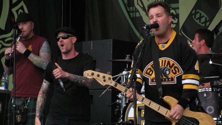"""Dropkick Murphys - Barroom Hero  Dropkick Murphys са една от онези групи, при които почти всяка песен може да се класира за този плейлист. Парчето за онези """"герои"""", които почти не излизат от бара - Barroom Hero, обаче си заслужава да бъде отличено."""