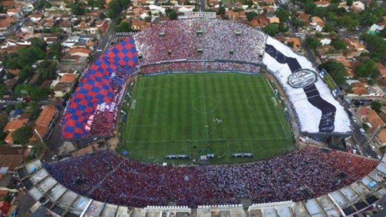"""Стадион """"Дефенсорес дел Чако"""" в Асунсион е разделен между агитките на Олимпия и Серо Портено. Дербито на Парагвай започва..."""