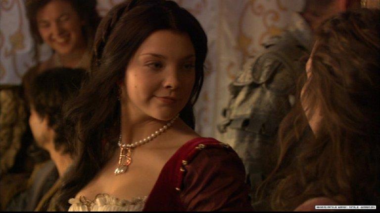"""Ан Болейн, """"Династията на Тюдорите"""" Сериалът за един от най-интересните и същевременно с това най-упадъчни британски монарси - Хенри VIII, дава една от първите големи роли на невероятната Натали Дормър. Тук тя е Ан Болейн - прекрасна, интелигентна, забавна и изключително привлекателна благородничка, която хваща окото на краля, превръщайки се в повод той да смени вярата на кралството си, да поведе изтощителни битки и да си спечели множество врагове. Самата Ан, изиграна от Дормър, е хитра, манипулативна и готова на всичко, за да стане кралица. И ѝ отива безкрайно много."""