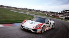 Porsche 918 Spyder – 6.57 минути Хибридният суперавтомобил на Porsche разполага 900 конски сили и задвижване на четирите колела. 918 Spyder ускорява от 0 до 100 км/ч за 2,5 секунди, а предните колела се задвижват от електромотор.
