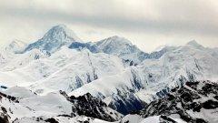 При спускането от върха той пада от 6200 метра
