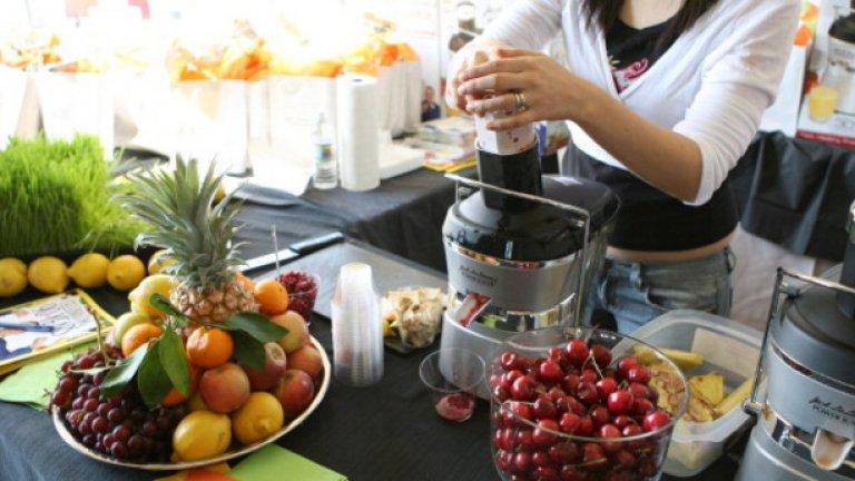 Плодов сок  Когато изстисквате свежи плодове и зеленчуци на сок, изхвърляте техните фибри - ключовата съставка, която ви кара да се чувствате заситени до следващото хранене.   Фибрите изчезват, остава захарта. В краткосрочен план диетата с високо съдържание на захар и нисък прием на протеини може да доведе до постоянни пристъпи на глад, промени в настроението и липса на енергия. В дългосрочна перспектива - можете да загубите мускулна маса.