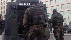 Четирима души, сред които двама полицаи, са ранени при престрелка пред сградата на полицията в Истанбул