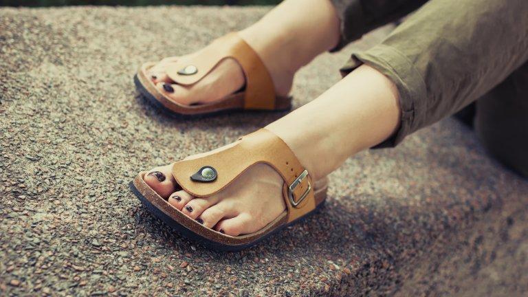 Удобни кожени сандалиТе също са малко по-груби, но пък гарантират комфорт в градски условия. Надеждни и здрави са, което осигурява спокойно обикаляне по задачи, и си отиват страшно както с къси поли и панталони, така и с дълги бохо поли.